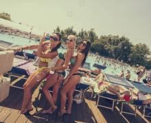 Ballare in piscine con ragazze in Romania