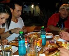 Divertimento al ristorante rumeno al tavolo con belle ragazze