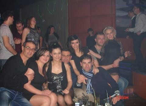 Festa in discoteca con brave ragazze all capodanno