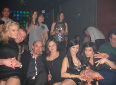 Ragazze rumene con Mario in discoteca