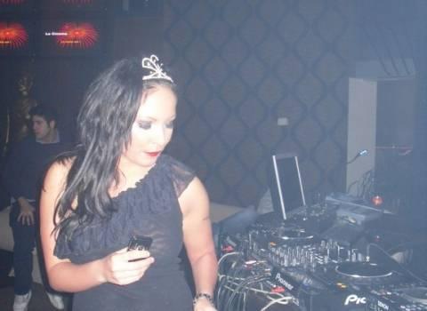 Donne rumene more che ballano nelle discoteche
