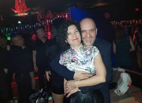 Capodanno in Romania 2018, abbracciare belle ragazze durante serata