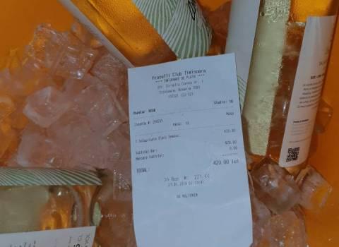 26-01-19 Vino bianco rumeno al tavolo in discoteca a Timisoara