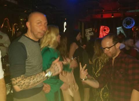 31-12-19 Come organizzare un tavolo in discoteca con belle ragazze in Romania?