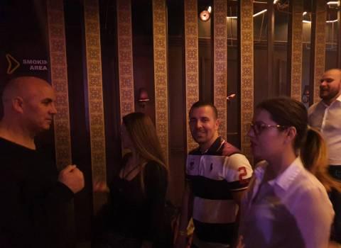 Belle fanciulle rumene in discoteca al tavolo da conoscere foto 8-02-2020