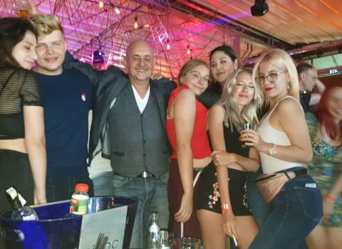 Dove fare in Romania un tavolo con belle donne in discoteca 6-09-2019