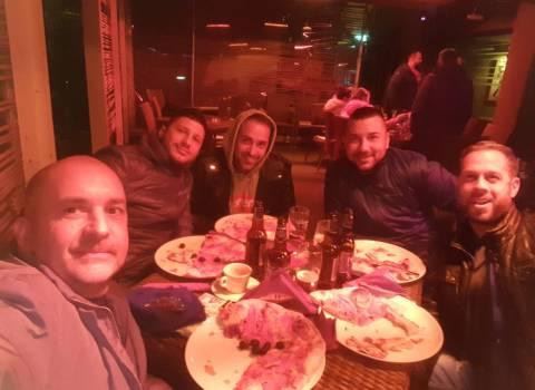 15-12-2018 Tavolo in una pizzeria in Romania con amici italiani