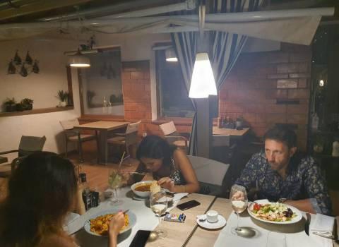 Dove conoscere a una cena in vacanza in Romania belle ragazze?