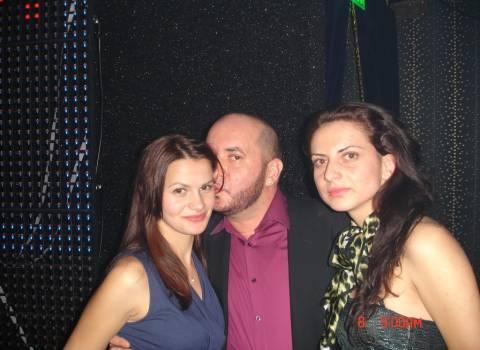 Ragazze rumene giovane con voglia di festegiare