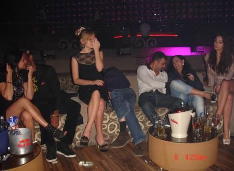 Tavolo ragazze vacanza discoteca ballare
