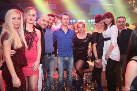Divertimento in vacanza con belle ragazze in discoteca