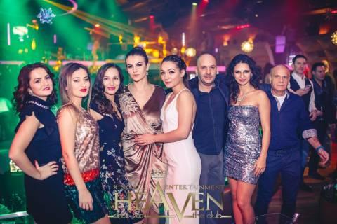 Divertimento con belle ragazze, festa per il Capodanno 2016 in Romania