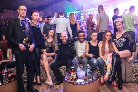 Vacanza divertente in Romania, festa con belle ragazze